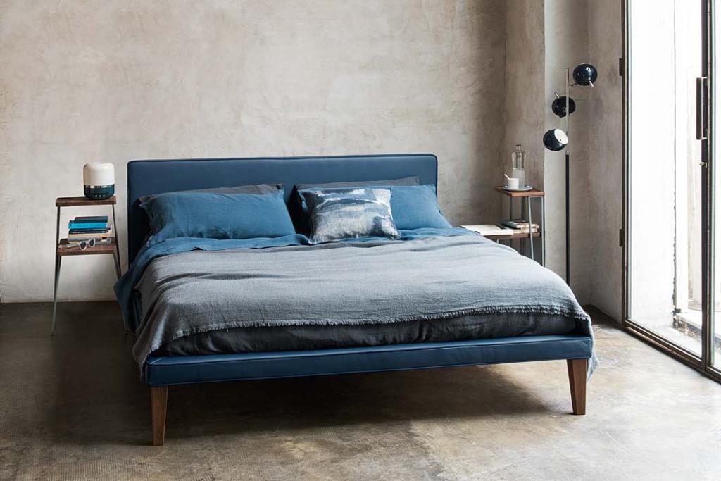 Tapicerowane łóżko Coco projektu Paoli Navone. Kolor roku 2020, sypialnia