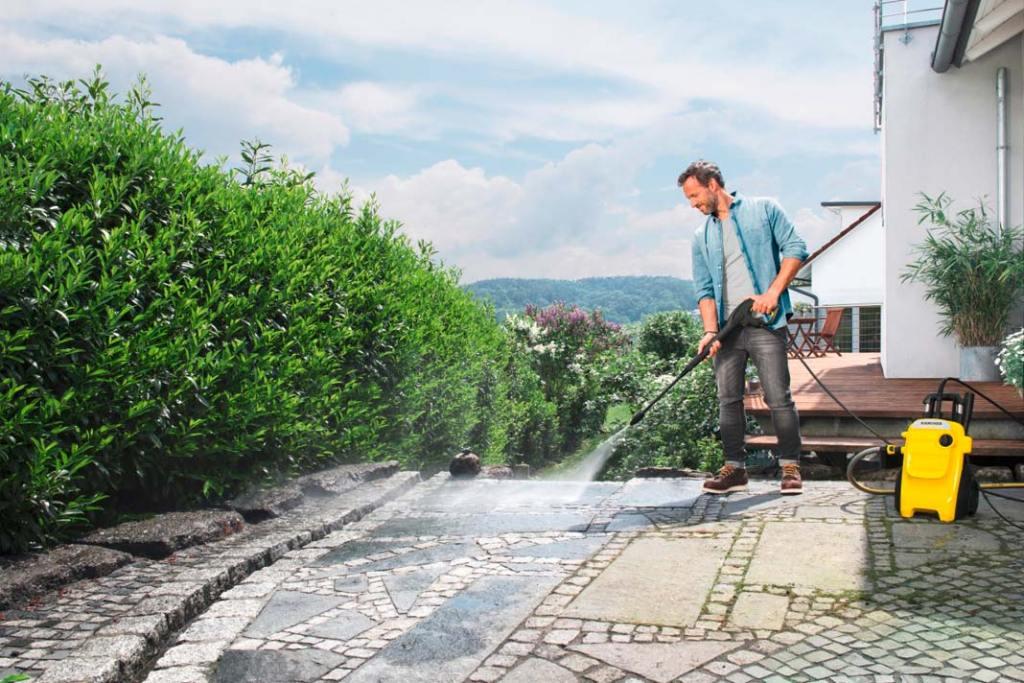 Ogród na wiosnę. Urządzenie wysokociśnieniowe Compact marki Karcher