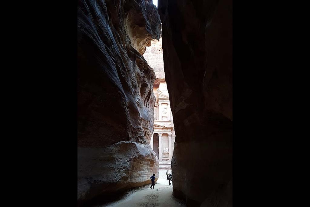 Atrakcje Jordanii: wąwóz Siq prowadzący do zabytków Petry