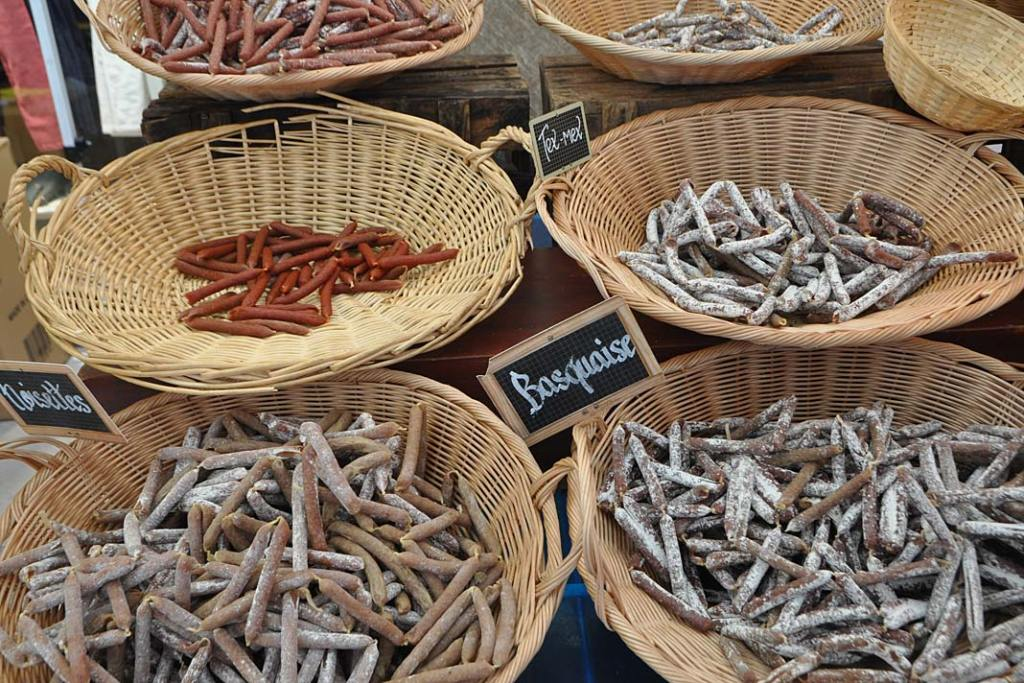 Kuchnia Burgundii. Wędliny na targu w Burgundii