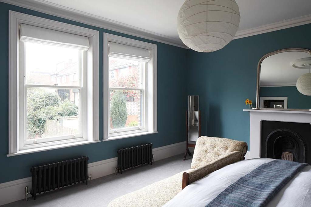 Willa w stylu eklektycznym przy Bedwardine Road, klasyczne grzejniki żebrowe zapewniają ciepło w sypialni