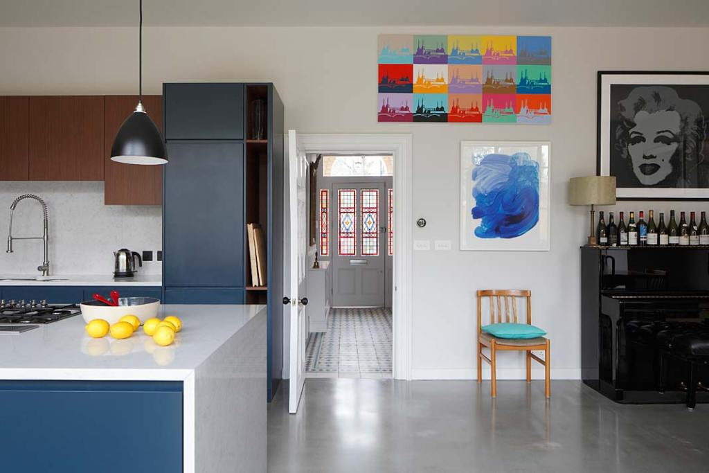 Wnętrze willi przy Bedwardine Road utrzymane w stylu eklektycznym -  nowoczesna kuchnia z wyspą