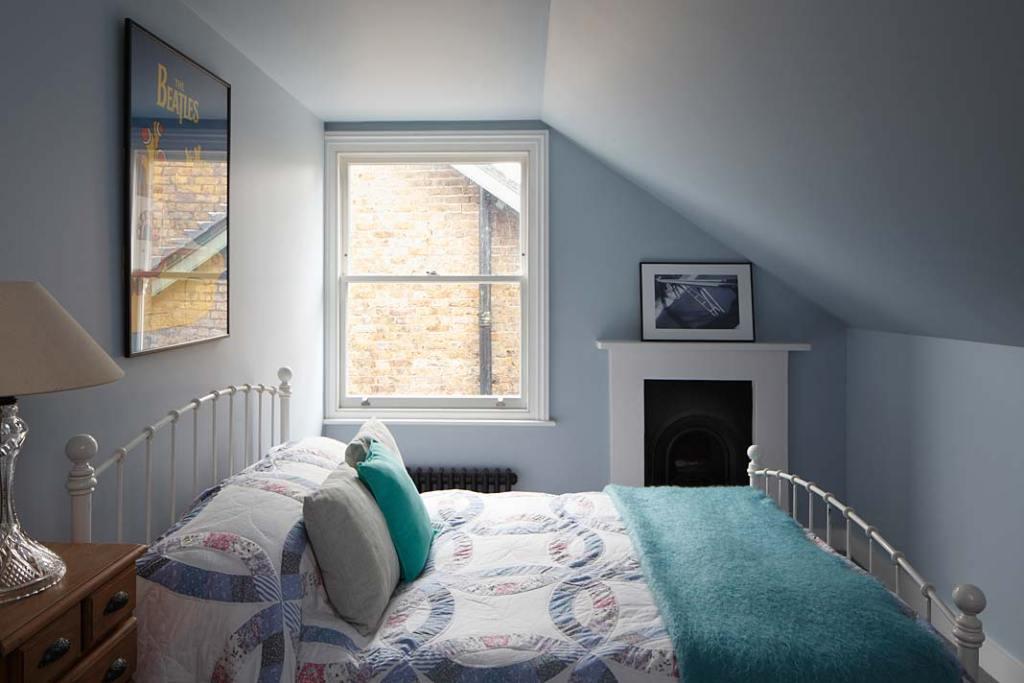 Eklektyczny styl zabytkowej willi w Londynie. Sypialnia z oryginalnym portalem kominkowym