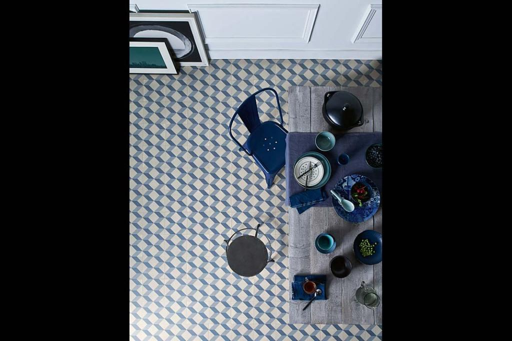Winylowa wykładzina ICONIK 240 ze wzorem Cube Tile Blue. Kolor roku 2020, kuchnia