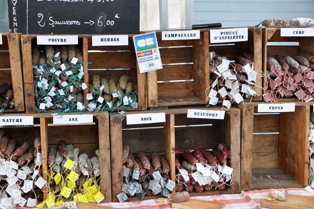 Kuchnia Burgundii. Wybór wędlin na targu w Burgundii