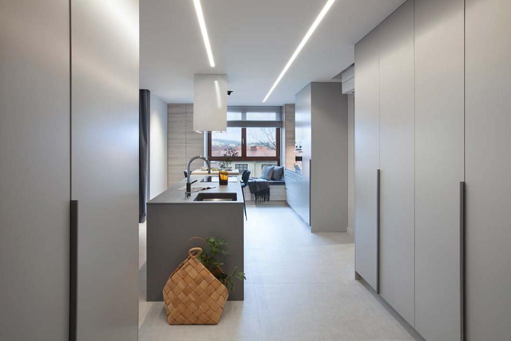Nowoczesne mieszkanie: liczne zabudowy meblowe pomagają w utrzymaniu porządku. Projekt: Natalia Jargiełło