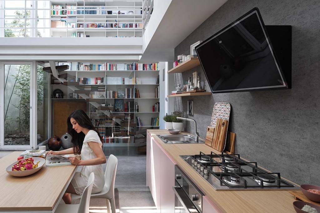 Aranżacja kuchni z salonem wyposażonej w sprzęt AGD marki Franke