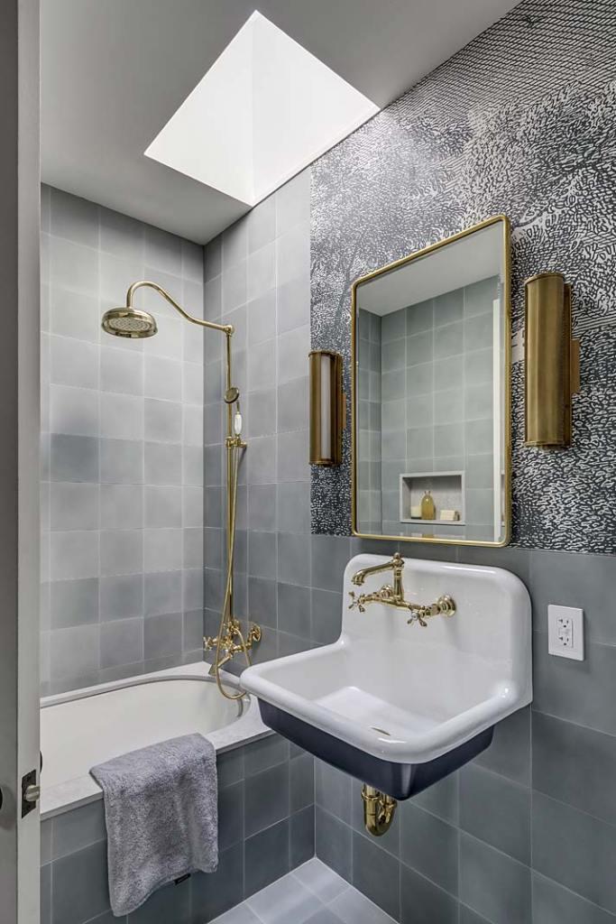Armatura w stylu retro i złote dodatki w łazience