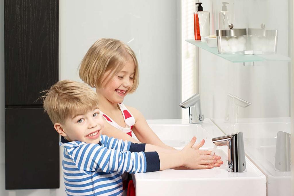 Bateria umywalkowa Optima Oras z regulatorem przepływu i aeratorem typu spray oszczędza wodę