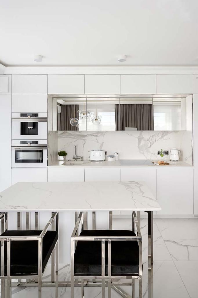 Białe meble kuchenne w stylu glamour, projekt Miśkiewicz Design