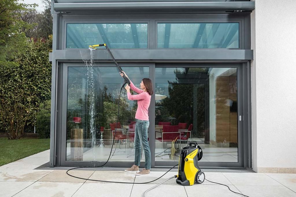 Czyszczenie okien przy pomocy szczotki, umieszczonej na wysięgniku, oraz urządzenia wysokociśnieniowego firmy Kärcher