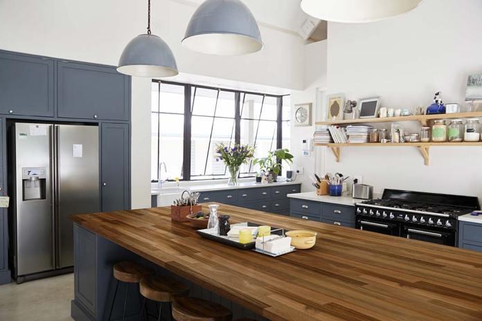 Drewniany blat w kuchni. Wyspa zblatem zdrewna akacjowego firmy DLH