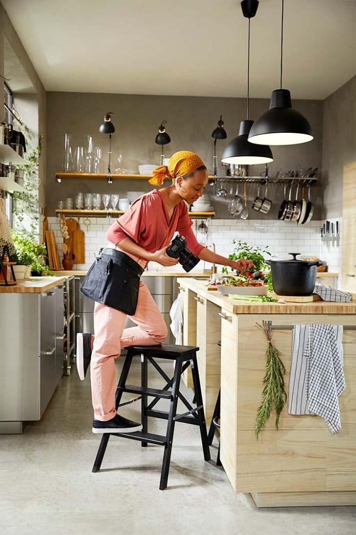 Fronty kuchenne wykończone stalą szlachetną. Kuchnia Varsta od IKEA