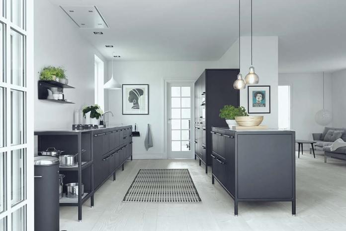 Fronty kuchenne ze stali szlachetnej, czarne szafki do kuchni firmy Vipp