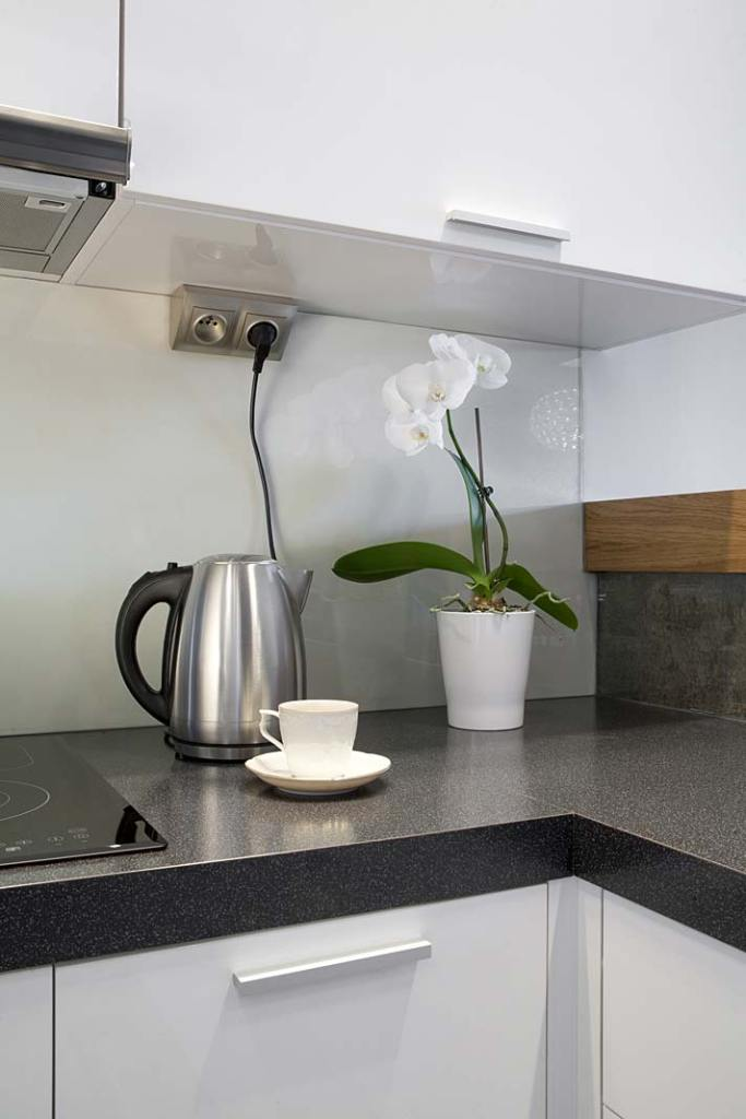 Gniazdko elektryczne zamontowane w narożniku pod szafkami kuchennymi, seria Simon 54 Premium marki Kontakt-Simon