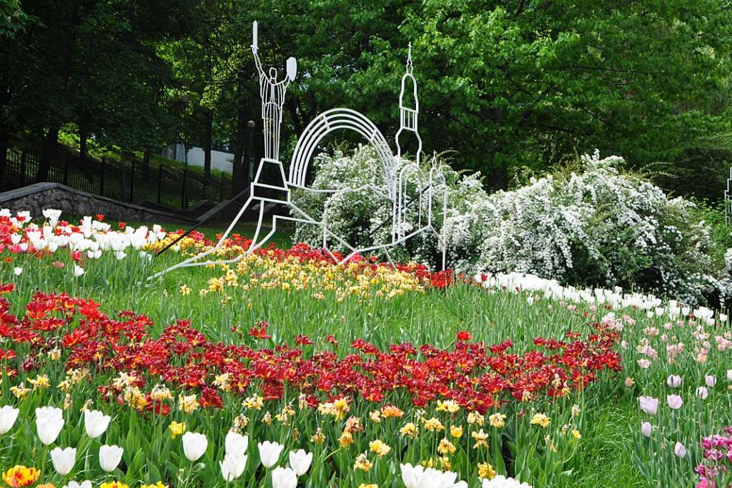 Ogrody i parki Kijowa. Instalacje wśród tulipanów na Śiewaczym Polu