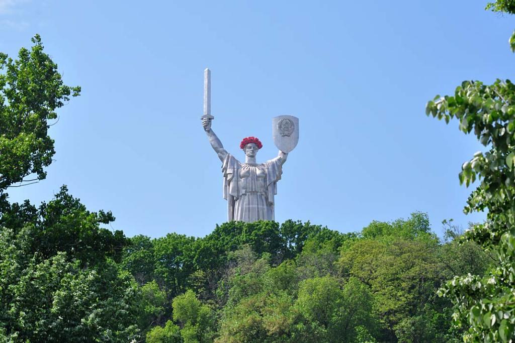 Kijów. Pomnik Matki Ojczyzny na skarpie nad Dnieprem