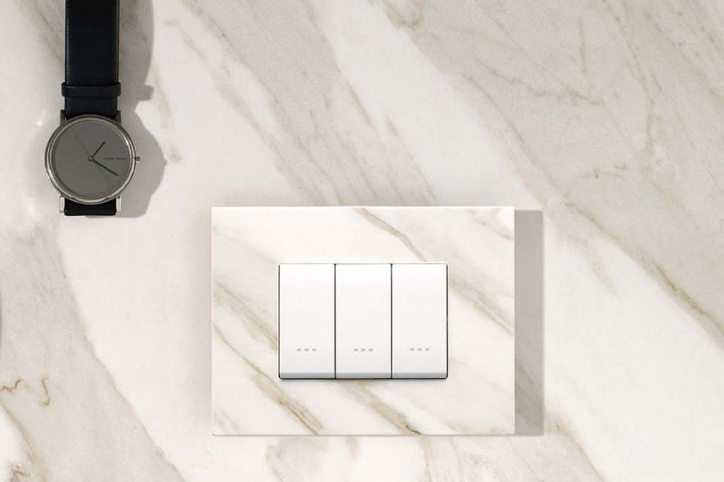 Klasyczny włącznik światła z klawiszami w ramce imitującej marmur, marka Vimar