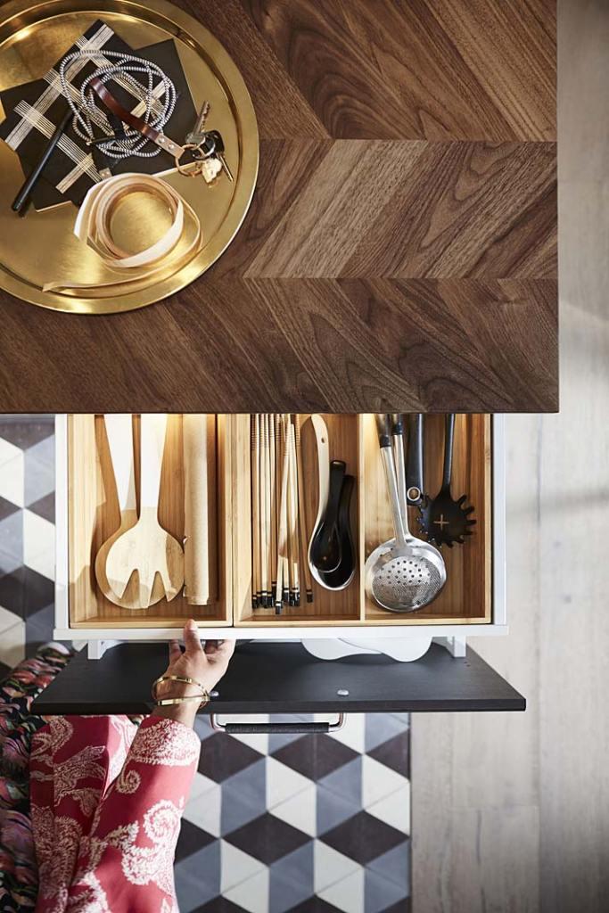 Kuchnia z salonem, blat fornirowany Barkaboda i bambusowy wkład do szuflady od IKEA