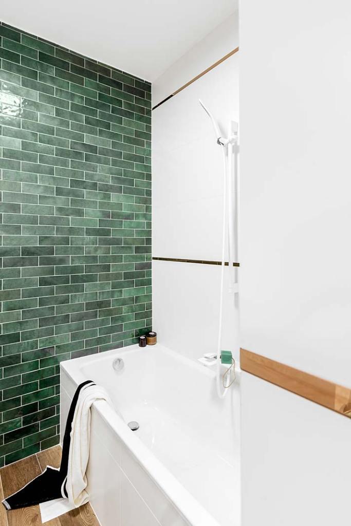 Łazienka w bloku z wanną