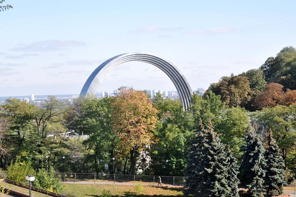 Łuk Przyjaźni Narodów w Centralnym Parku Kultury i Wypoczynku w Kijowie