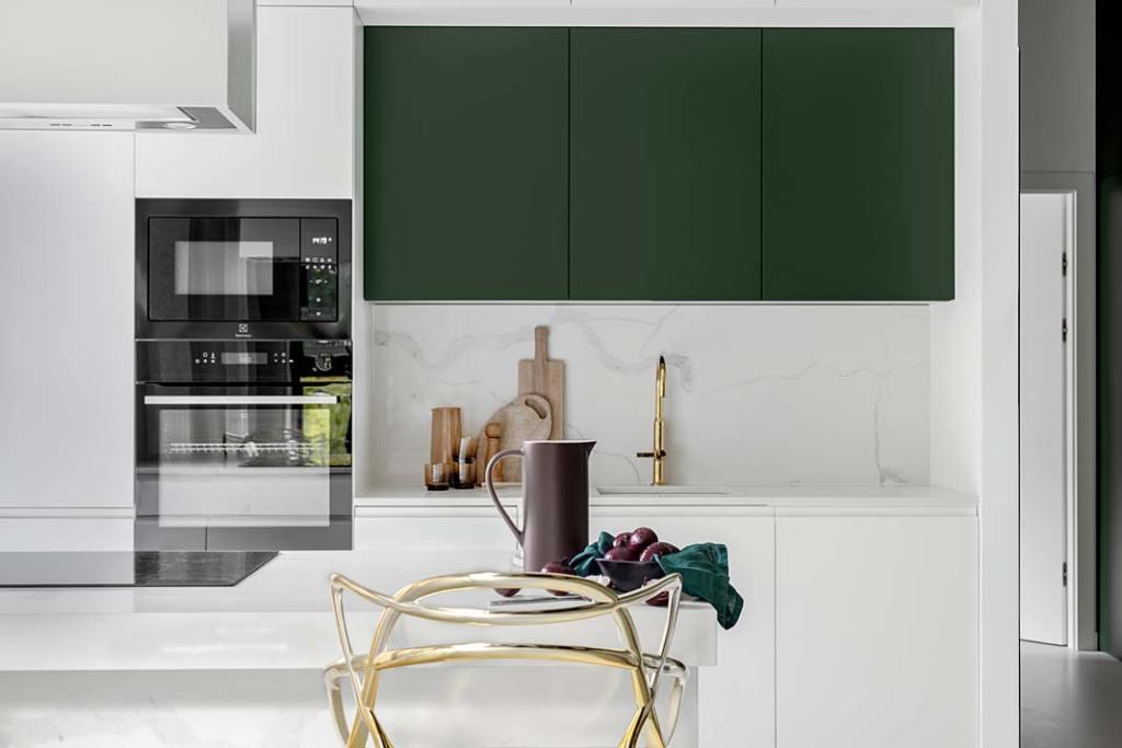 Meble kuchenne, butelkowa zieleń frontów kuchennych szafek. Projekt Magdalena Bigos-Smoszna, Idea by Mag