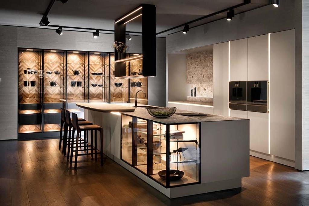 Meble kuchenne z przeszklonymi frontami szafek, kolekcja New Handle-Free firmy SieMatic
