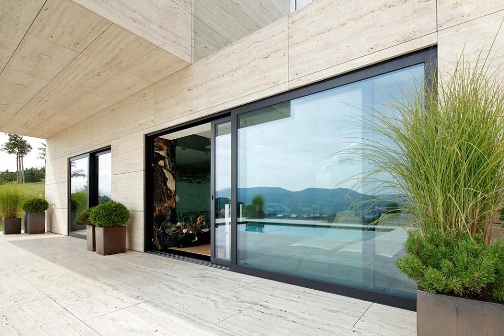 Duże okna w domu. Okna aluminiowe w czarnym kolorze z linii Nero Style by Awilux