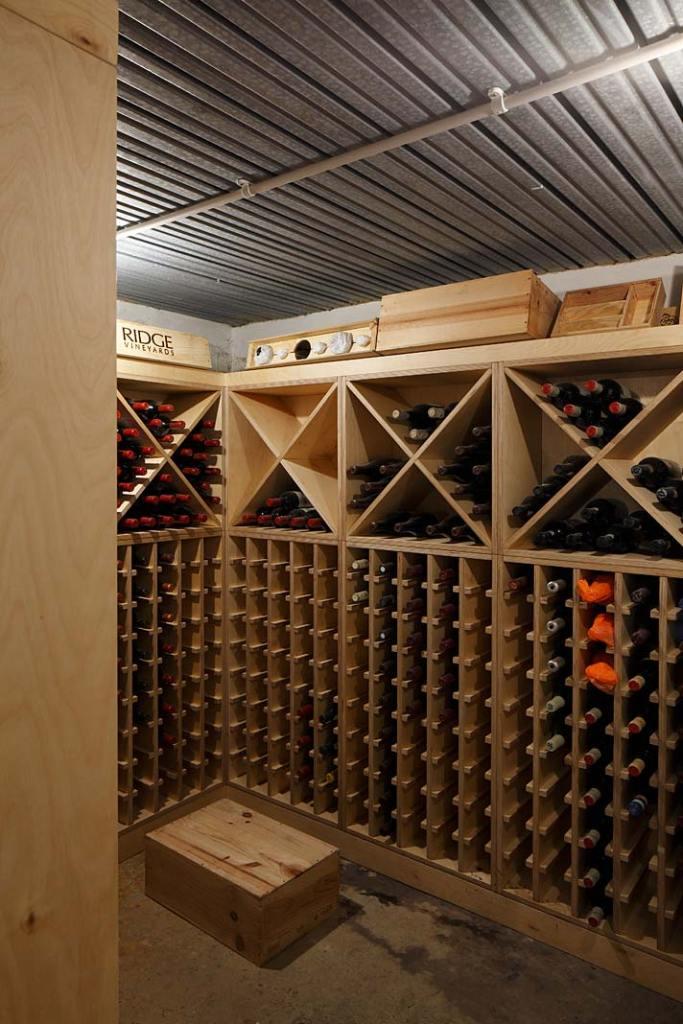 Piwnica na wino w willi zaprojektowanej przez Roberta Rhodesa