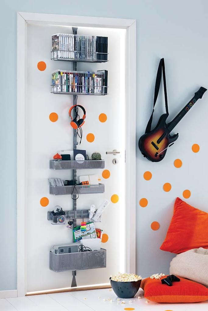 Pomysły na przechowywanie w kawalerce. System półek na drzwi marki Elfa