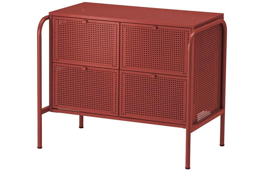 Salon w stylu loft - stalowa komoda Nikkeby od IKEA