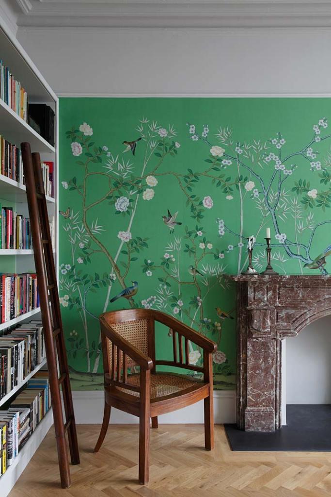 Ściany gabinetu z biblioteką zdobią luksusowe tapety marki de Gournay