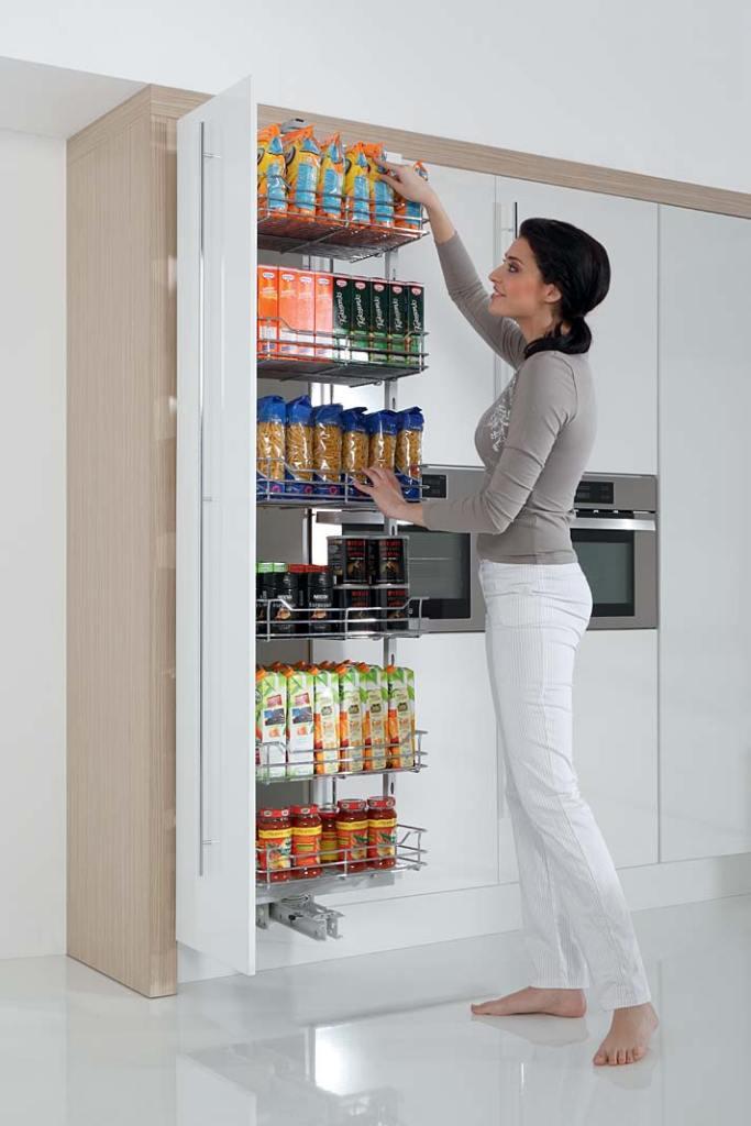 Spiżarnia w kuchni. Meble kuchenne z systemem Cargo Maxi obrotowe marki Rejs