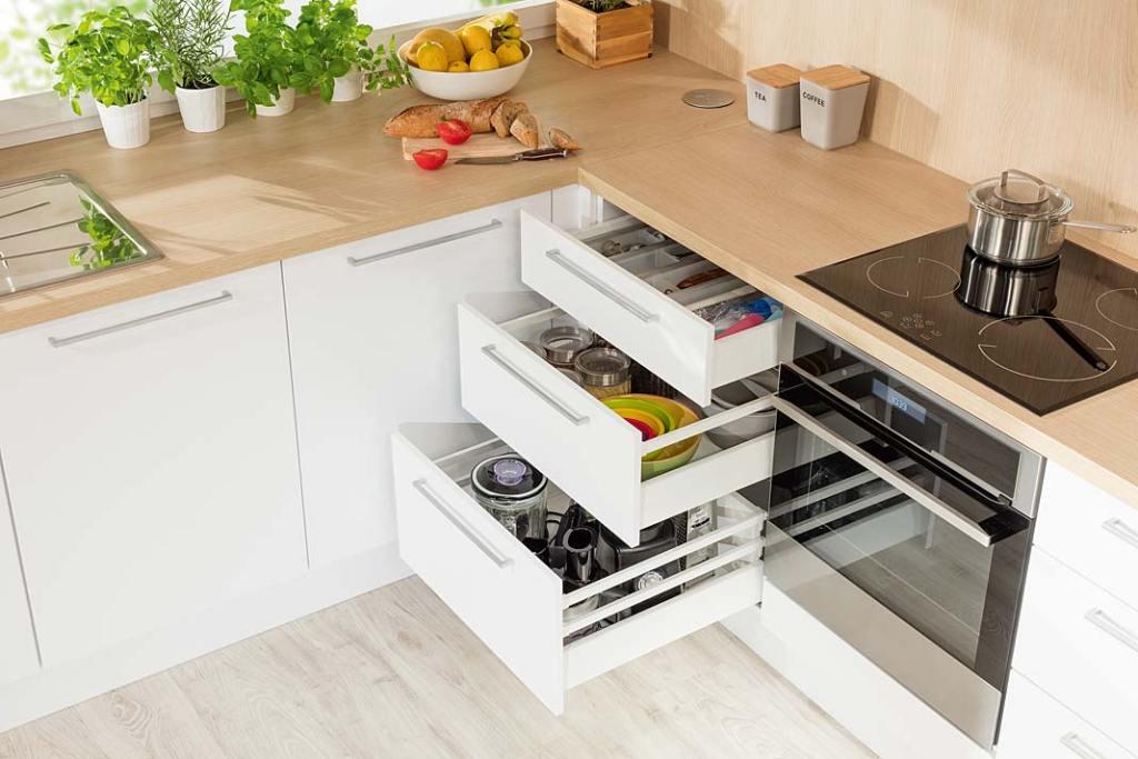 Stojące szafki kuchenne wyposażone w głębokie szuflady Matrix Box marki Hafele