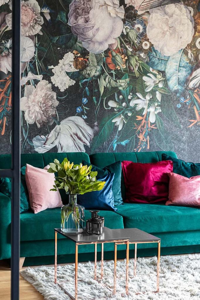 Tapeta duże kwiaty, zielona kapana w salonie