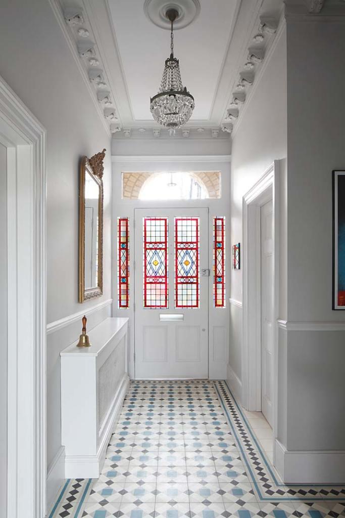 Eklektyczny styl wnętrza zabytkowej willi w Londynie: drzwi z witrażami, naświetlem i wlotem na listy w klasycznym angielskim stylu. Piękne wnętrza