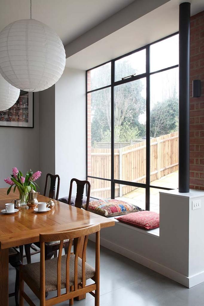 Piękne wnętrza: wygodne siedzisko pod oknem w jadalni