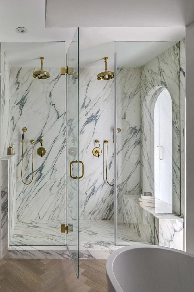 Wyłożona marmurem wnęka prysznicowa w łazience