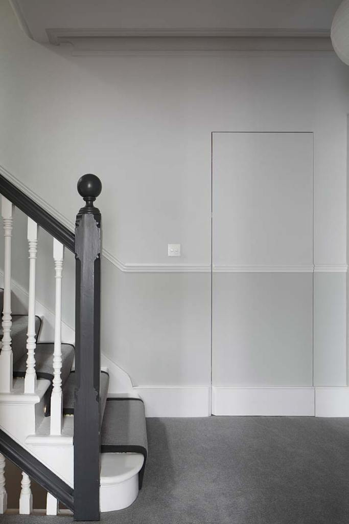 Zlicowane ze ścianą drzwi kryją wejście do garderoby