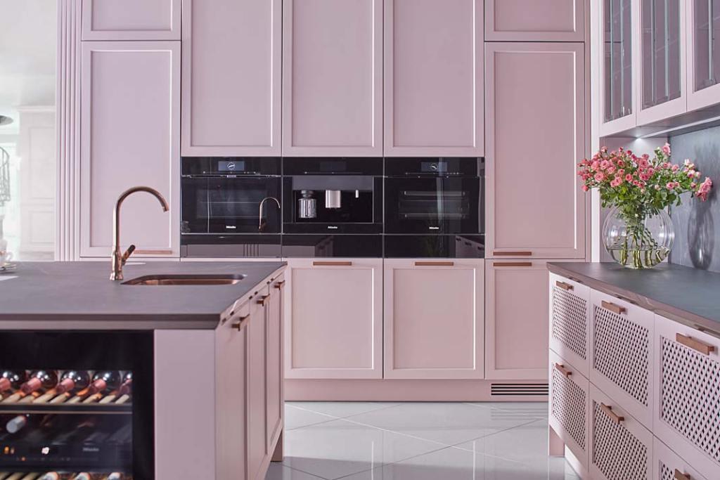 Aranżacja kuchni S4 od ernestrust, zlew kuchenny i bateria w miedzianym wykończeniu