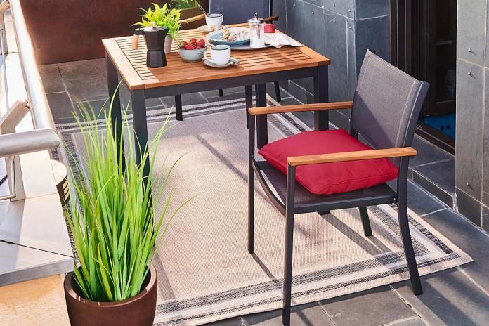 Balkon jak salonik, aranżacja z dywanikiem zewnętrznym Leroy Merlin