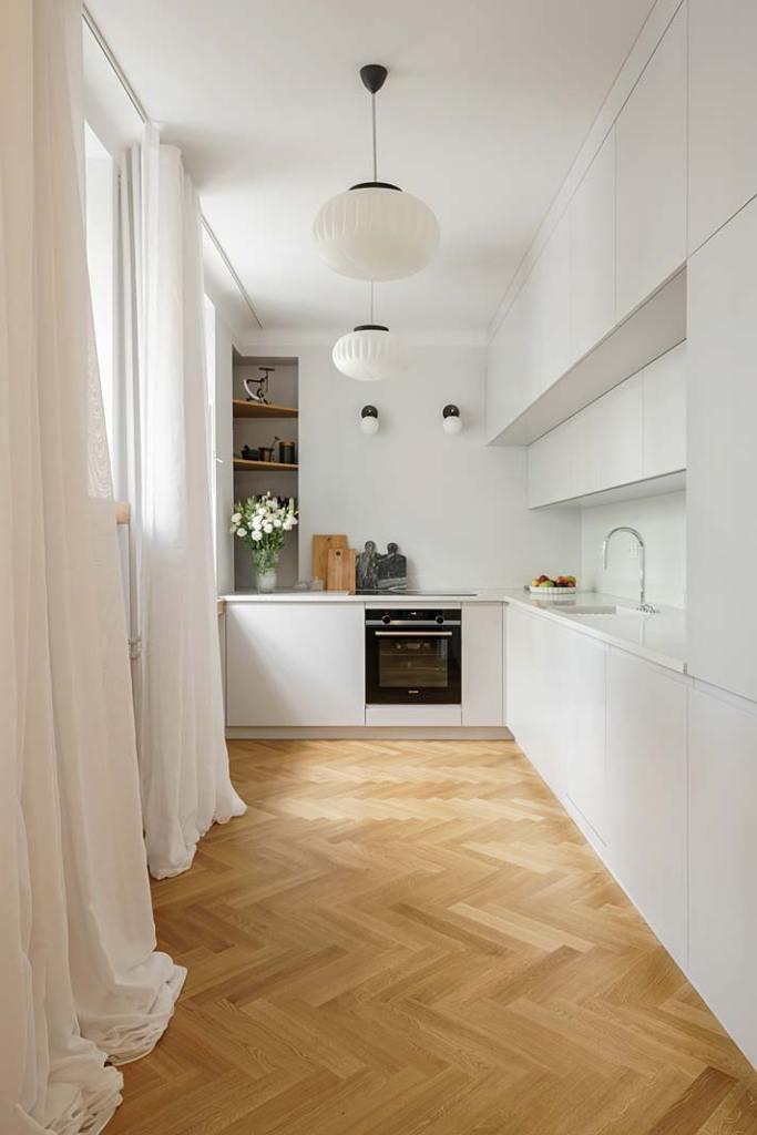 Biała kuchnia w zabytkowej kamienicy. Projekt: Studio Loft Kolasiński