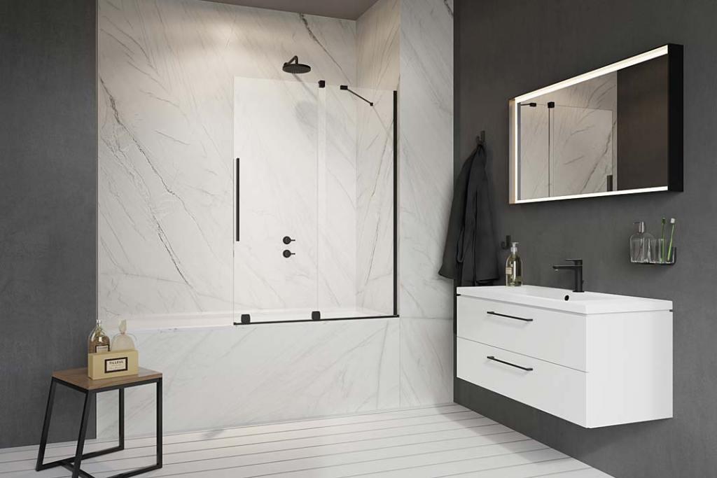 Biało czarna łazienka. Aranżacja z parawanem nawannowym Furo Black PND II marki Radaway