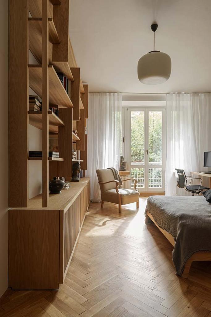 Biblioteka w sypialni, regał na zamówienie wykonała pracownia Wood Maker