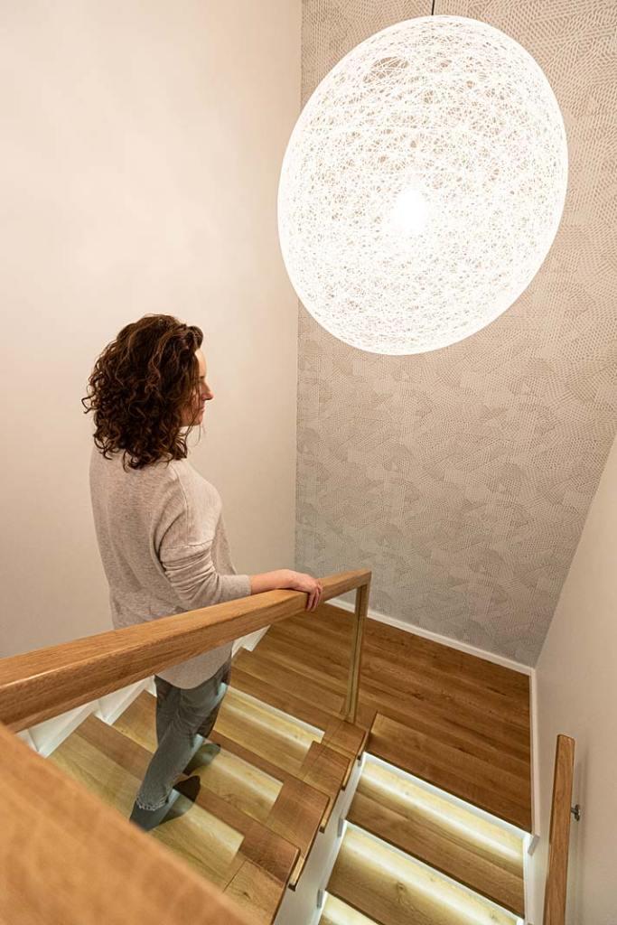 Dom dla rodziny - podświetlane schody. Projekt Kowalczyk-Gajda Studio Projektowe