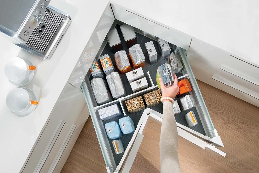 Domowa spiżarnia, szuflada Space Corner marki Blum do narożnika