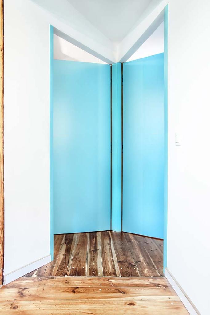 Drzwi umożliwiwają otwarcie mieszkania na przestrzeł. Projekt Atelier Starzak Strebicki