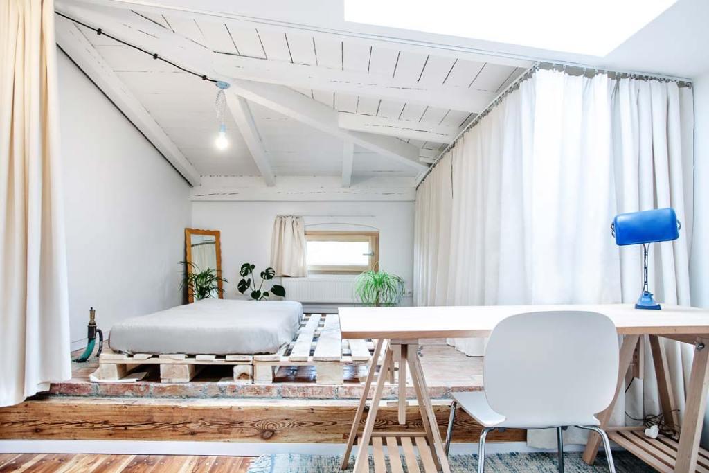 Klimatyczne mieszkanie na strychu. Projekt Atelier Starzak Strebicki