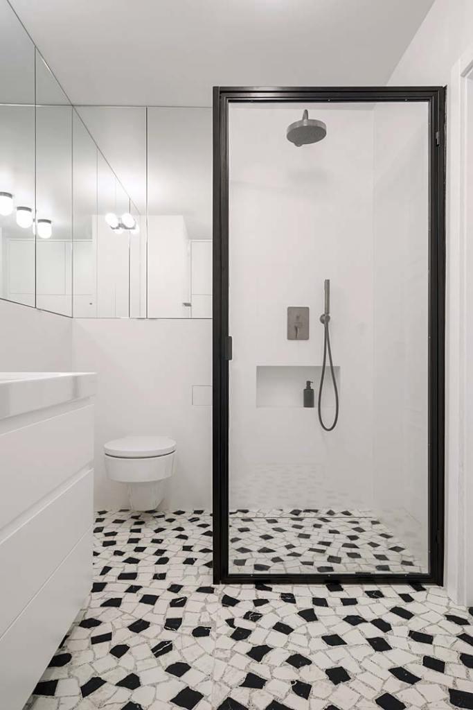 Łazienka, szeroka rama kabiny prysznicowej przypomina ramę obrazu