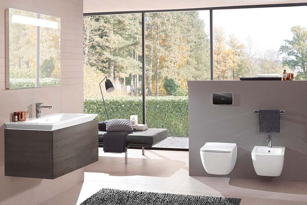 Łazienka z toaletą oddzieloną półścianką od strefy kąpielowej. Aranżacja marki Villeroy&Boch